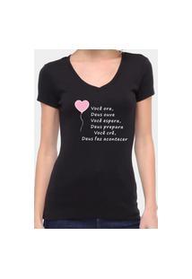 Camiseta Suffix Preta Gola V Estampa Você Ora, Deus Ouve, Você Espera, Deus Prepara, Você Crê, Deus Faz Acontecer.