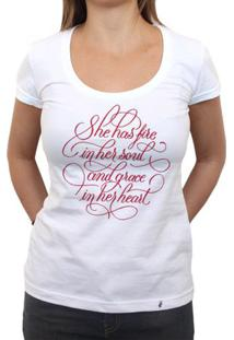 She Has Fire - Camiseta Clássica Feminina